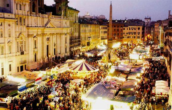 La piazza del comune di Assisi illuminata con videomapping
