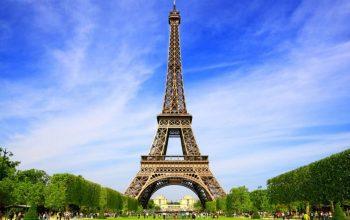 Bacia uno sconosciuto sulla Torre Eiffel