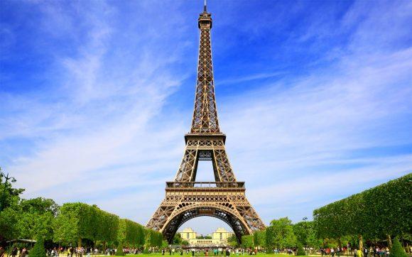 Bacia uno sconosciuto sulla Torre Eiffel per scommessa e se ne innamora: ora lo cerca