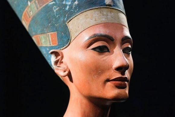Il busto di Nefertiti, capolavoro dell'arte antica che ritrae una bellissima regina