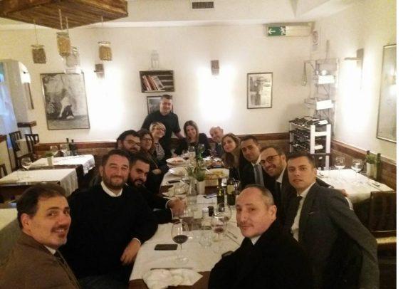 Di Maio si rilassa con il suo staff a cena dopo la campagna elettorale