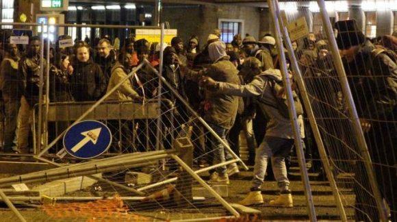 """Firenze, """"ucciso perché nero"""". Esplode la rabbia dei senegalesi, paura in centro"""