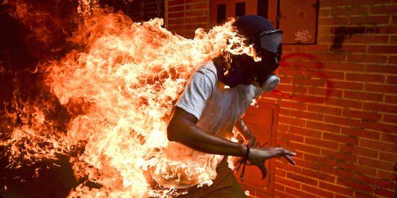 L'uomo che brucia è la foto dell'anno 2018 ai World Press Photo