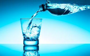 L'acqua minerale in bottiglia contaminata