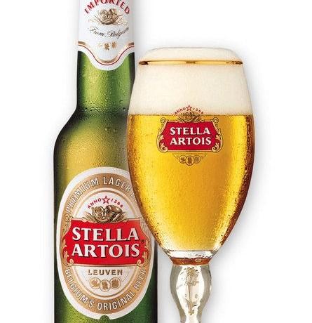 birra stella Artois con pezzi di vetro