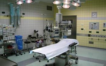 Durante il parto la ginecologa tira troppo il bambino dalla pancia, la testa rimane dentro la pancia