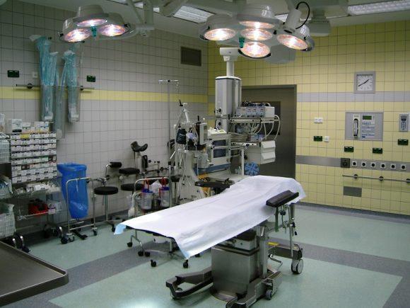 Ginecologa tira troppo il neonato durante il parto, rimane decapitato con la testa dentro la pancia della sua mamma.