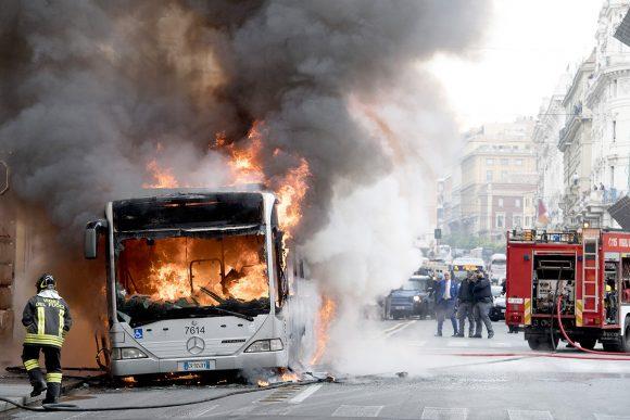 """Terrore in centro brucia un Autobus, la Procura fa scattare il """"rischio incolumità pubblica"""""""