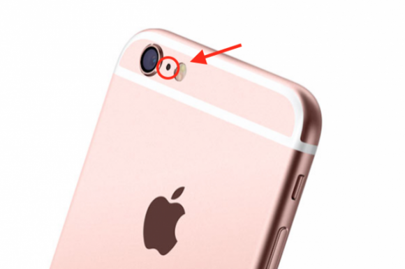 A cosa serve nell'iPhone il buchino tra la fotocamera e il flash?
