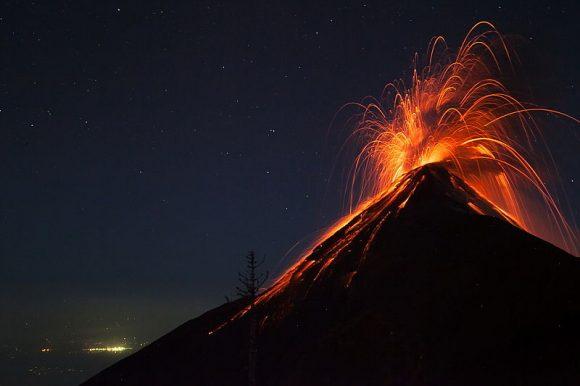 Panico totale esplode il vulcano, quasi 200 dispersi e 75 morti, ecco dov'è successo