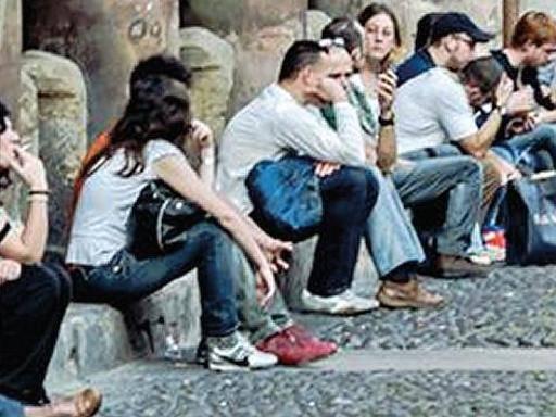 Neet, il fardello italiano il peso nero dell'Europa: 1 giovane su 4 non lavora non studia