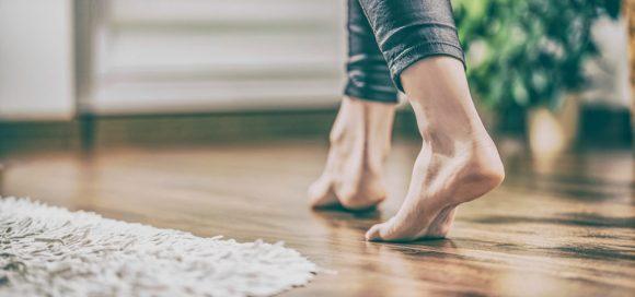 Camminare scalzi in casa in estate fa bene alla salute, ecco perché