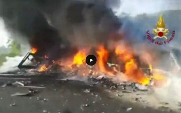 Incidente infernale fra tre mezzi pesanti in Autostrada, autista morto carbonizzato: ecco il video.