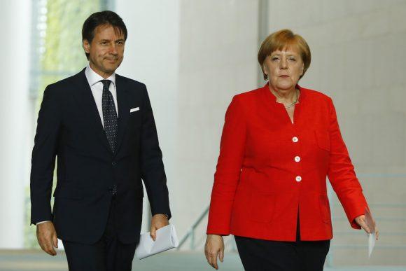 Linea dura dell'Italia, le differenti opinioni fanno riconsiderare il fenomeno migratorio, la Merkel ci ripensa