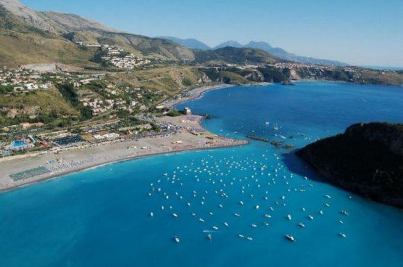 Avvistata una balena, nel mare della Calabria: il pescatore riprende tutto