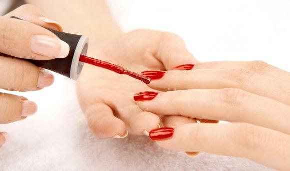 Cosa succede quando applichiamo lo smalto sulle unghie?
