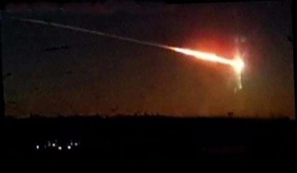 Un boato e una scia di luce verde, un meteorite illumina il cielo del Centro-nord Italia