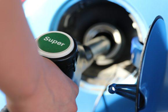 Benzina e risparmio sui costi: la Lega propone di tagliare le accise