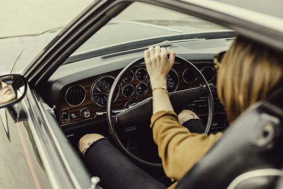 Cellulare mentre si guida, oltre a togliere la patente c'è una novità