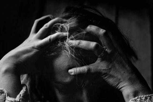 Gaslighting: la più crudele violenza psicologica che funziona troppo bene