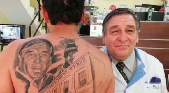 Il medico lo salva dopo un tumore, lui si tatua sulla schiena il volto del medico, ecco dove è successo