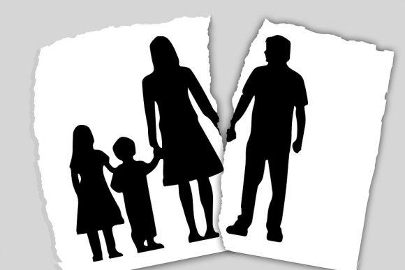 Assegni al nucleo familiare genitori separati: può richiederli un genitore e girarli all'altro?