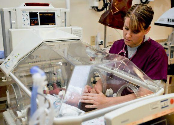 """Un'infermiera confessa: """"Ho scambiato 5mila neonati nelle culle per divertimento"""""""
