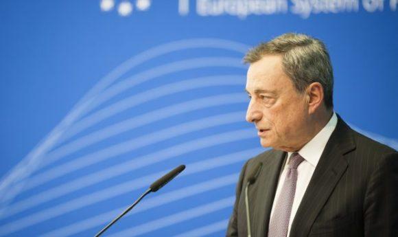 La BCE di Draghi pone fine al QE, ma non agli stimoli. Previsioni macro tagliate