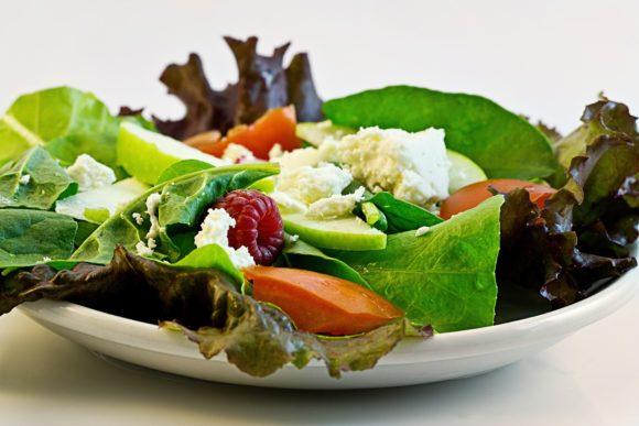 Dieta dell'insalata: ottima per pancia gonfia, gambe pesanti e cellulite