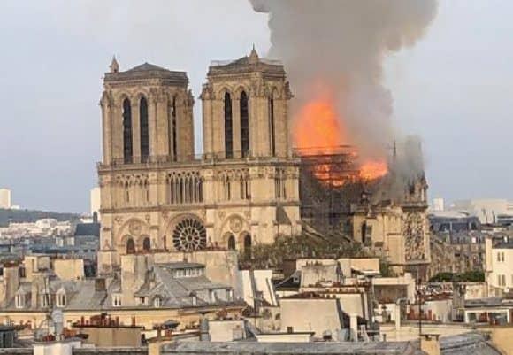 Parigi, incendio a Notre Dame, crollata la parte superiore della guglia