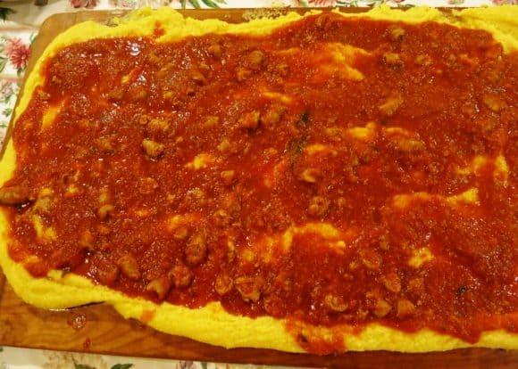 Come fare la Polenta all'amatriciana: pomodoro, pancetta e parmigiano