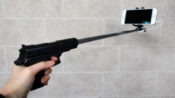 Selfie da brivido, parte un colpo e gli esplode il telefono in faccia