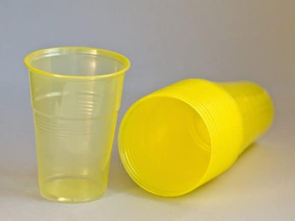Perché ci sono tre linee circolari sul bicchiere di plastica?