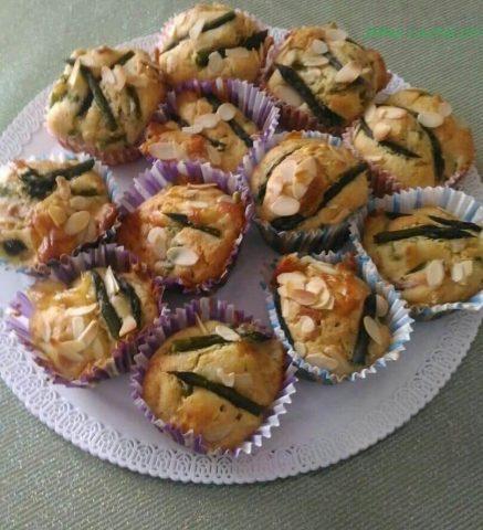 Muffin salati asparagi, speck e scamorza: ricetta per 12 pezzi