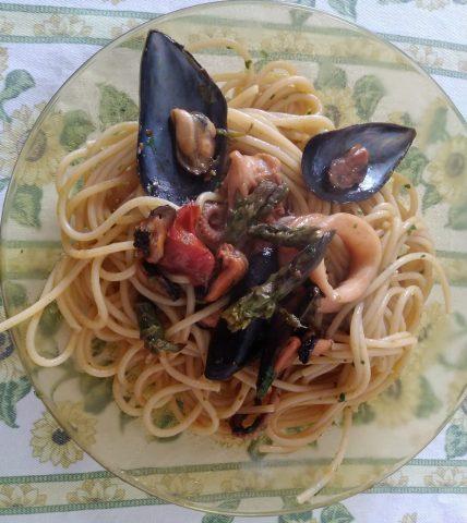 Spaghetti alle cozze con punte di asparagi, ricetta per 4 persone