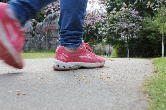 Camminare riduce del 41% il rischio di morte, ecco come contare i passi