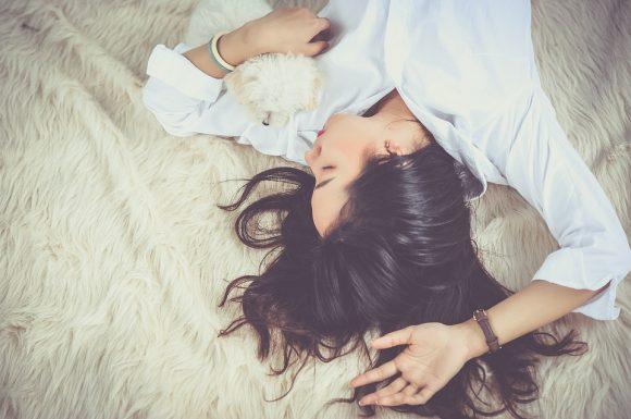 Dormire completamente nudi fa sentire più caldo
