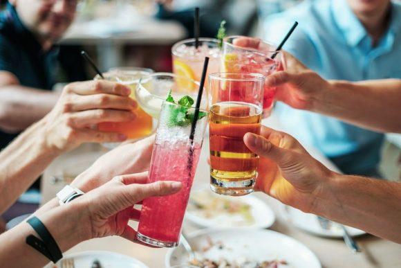 Cocktail con ghiaccio nei locali: in un locale su quattro è contaminato