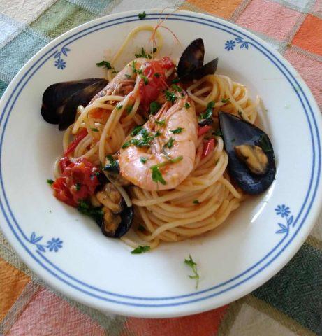 Spaghetti cozze e gamberi, un primo piatto leggero e gustoso