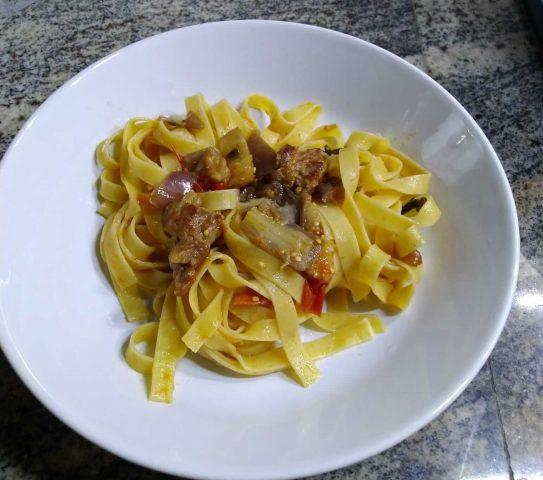 Tagliatelle con salsiccia e melanzane, un primo gustoso e veloce