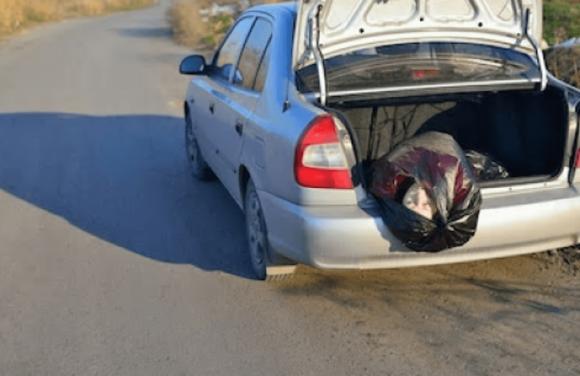 Fermato in auto con la moglie morta in una valigia e i suoi due figli