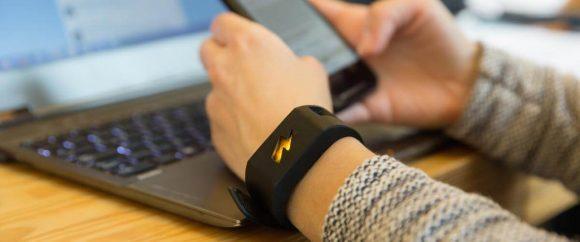 In Italia arriva il braccialetto che ti dà la scossa se compri o mangi troppo