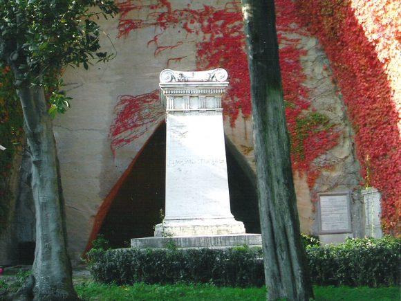 Giornate FAI a Napoli, tra le sue bellezze anche la tomba di Giacomo Leopardi