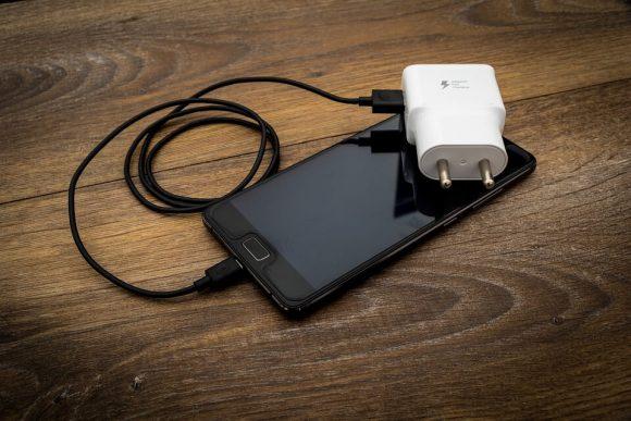 Perché caricare il cellulare con il caricabatteria non originale è rischioso?