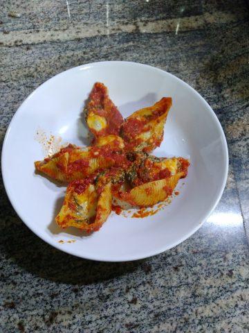 Conchiglioni al forno ripieni di ricotta e spinaci, ricetta per 4 persone