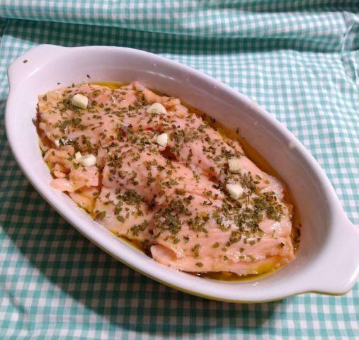 Salmone marinato con limone e pepe rosa, antipasto elegante