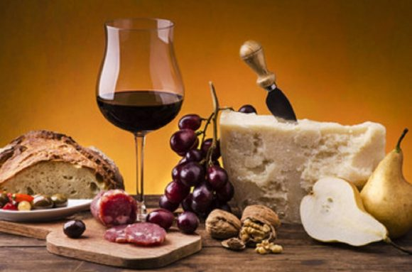 Allarme per la sicurezza alimentare: controlli a Siena e a Reggio Emilia per vino e parmigiano reggiano contraffatto
