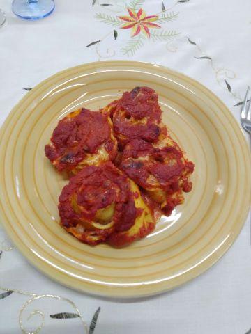 Girelle di pasta fresca, farcite con prosciutto e besciamella