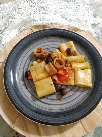Paccheri calamaro e olive in crema di peperoni, ricetta semplice