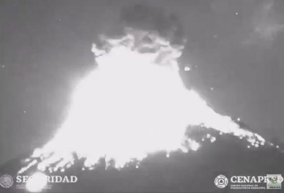 UFO fluttua misteriosamente dietro un vulcano in eruzione